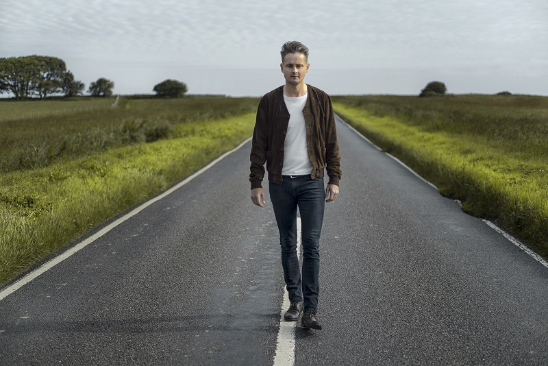 Tom Chaplin na estrada de Beachy Head, em East Sussex, Inglaterra