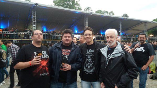 Augusto (primeiro da direita pra esquerda foi ao show com o filho)