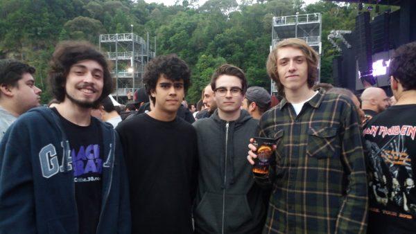 Cainã (segundo da direita para esquerda) no show com amigos.